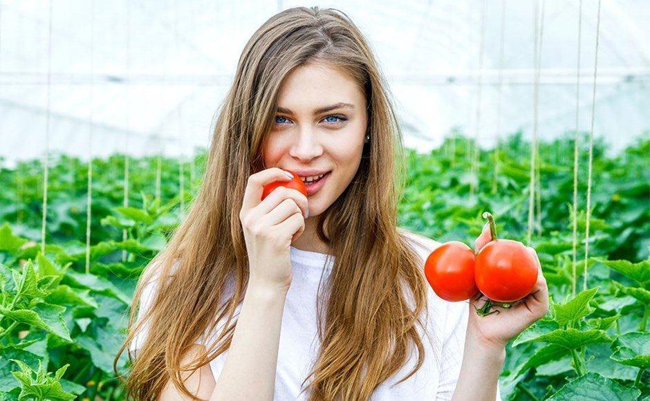 Cô gái ăn cà chua sống