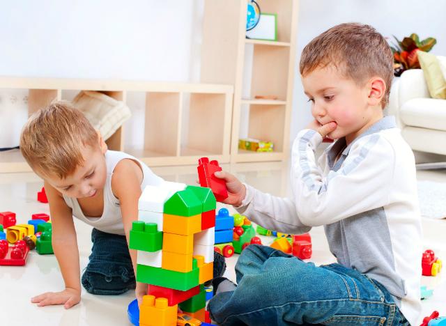 Cách chọn đồ nhựa an toàn cho bé
