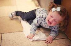 Cách xử lý khi trẻ bị ngã đập đầu sốt