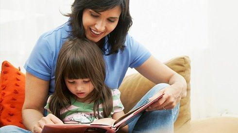 Giúp con xây dựng thói quen đọc sách là việc cha mẹ nên làm cho con từ khi con còn nhỏ