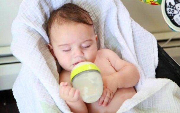 Cho bé bú bình như thế nào là đúng cách, hợp vệ sinh