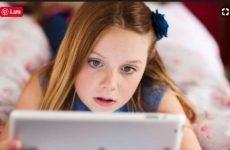 Dùng nhiều điện thoại mắt trẻ bị loạn, cận nặng, tăng động và mất tập trung