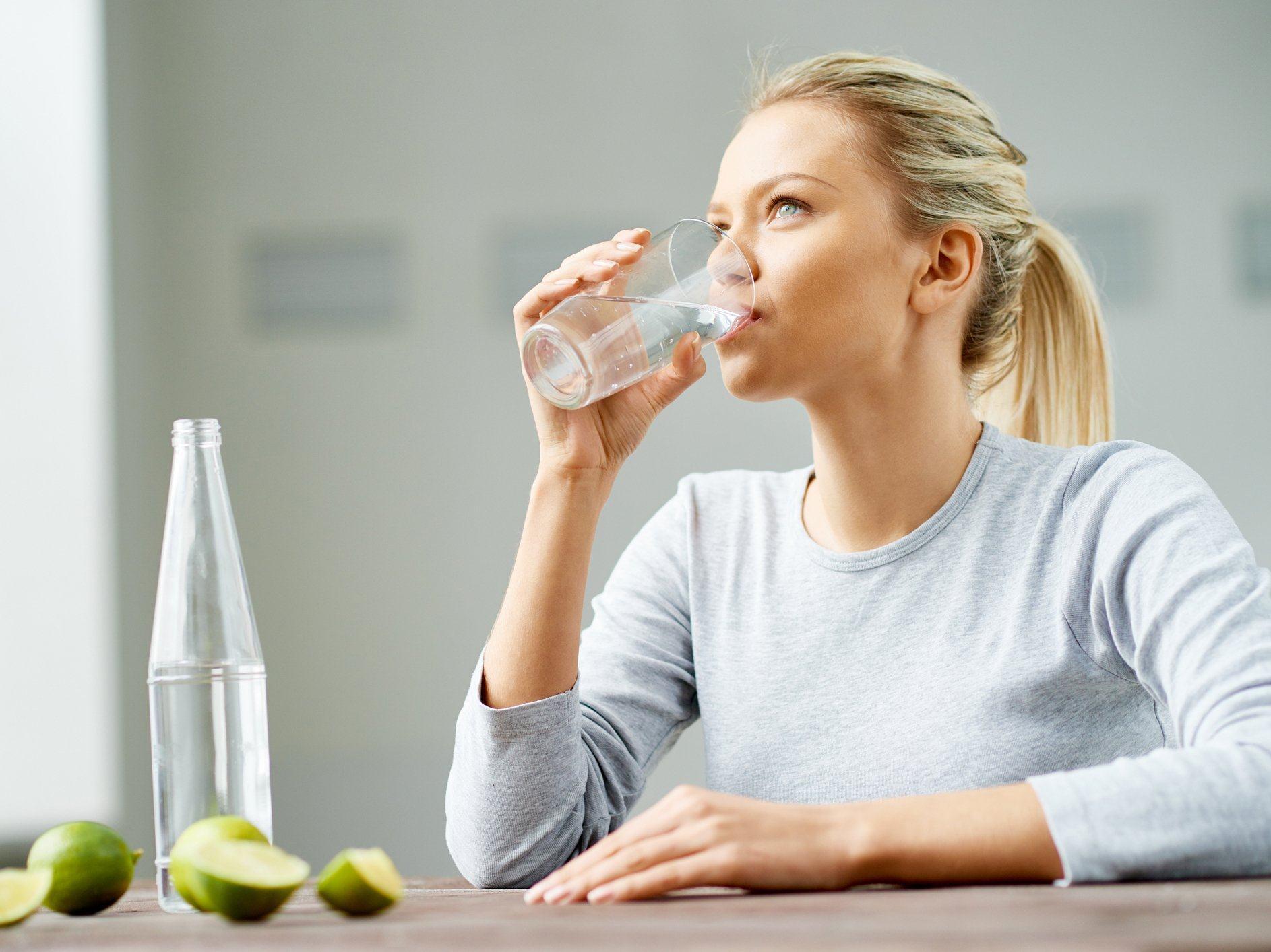 Trẻ em và người lớn nên uống bao nhiêu nước mỗi ngày?