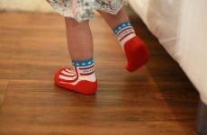 Chọn giầy tập đi cho bé thế nào cho đúng? Bảo vệ sức khỏe và xương sống