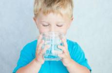 Làm thế nào để chắc chắn rằng con bạn đang uống đủ nước?