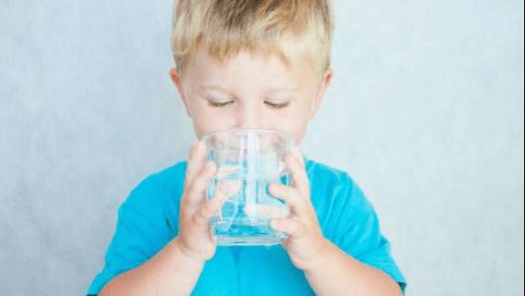 Làm thế nào để chắc chắn rằng con bạn đang uống đủ nước