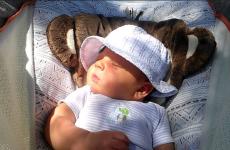 4 lợi ích tuyệt vời của việc tắm nắng cho trẻ sơ sinh