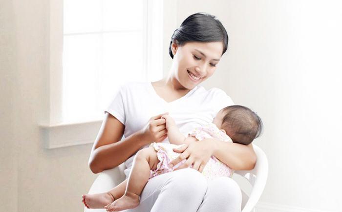 Làm gì khi mẹ mới sinh bị ít sữa?