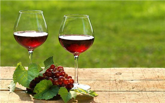Có nên uống rượu vang trước khi ngủ ?