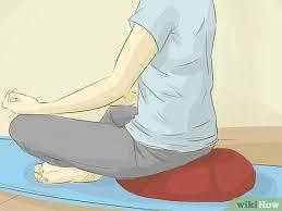 Sử dụng gối để tư thế ngồi thoải mái nhất, giữ lưng thẳng
